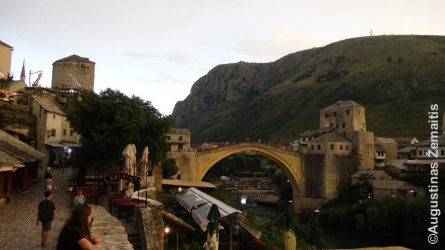 Tiltas, skiriantis bosnių ir kroatų rajonus Mostaro mieste. Per Bosnijos karą kroatai jį buvo susprogdinę.