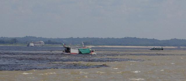 Čia suteka ruda Amazonė su melsvu Rio Negro