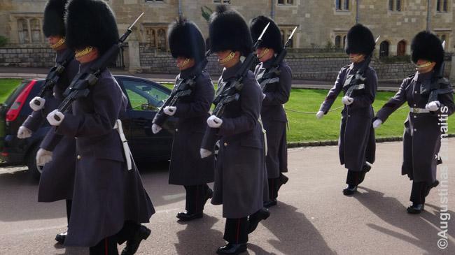 Karalienės sargybiniai tradiciniais rūbais