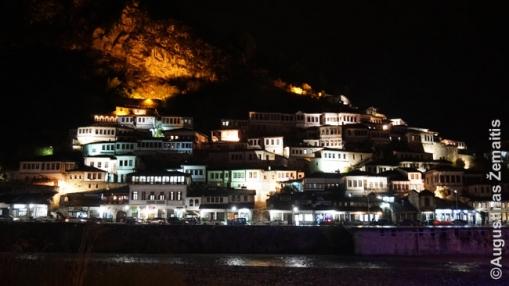 Beračio miestas-muziejus Albanijoje naktį. Tiek buvusios Jugoslavijos šalys, tiek Albanija gražiausias savo lankytinas vietas iščiustijusios, o naktį jos gražiai apšviečiamos