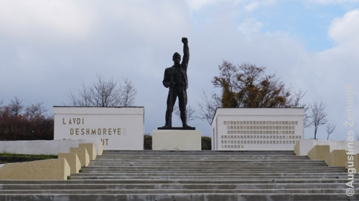 Paminklas komunistų partizanasm Korčėje