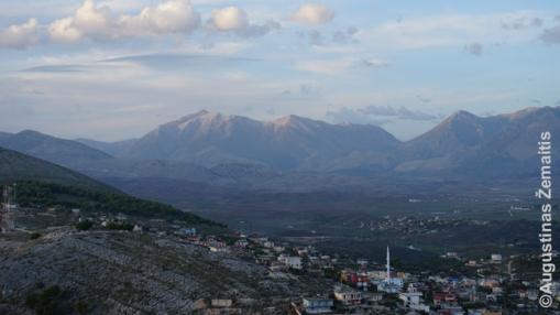 Kalnų panorama nuo Sarandos kurorto pilies