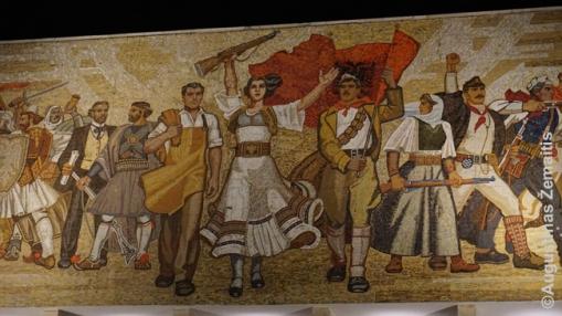 Komunistinė mozaika ant Albanijos istorijos muziejaus Tiranos Skanderbego aikštėje