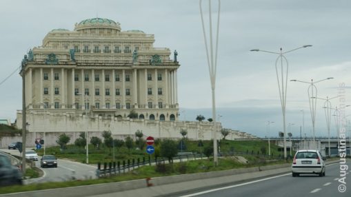Nauji neoistoristiniai rūmai greta magistralės Tirana-Duresas
