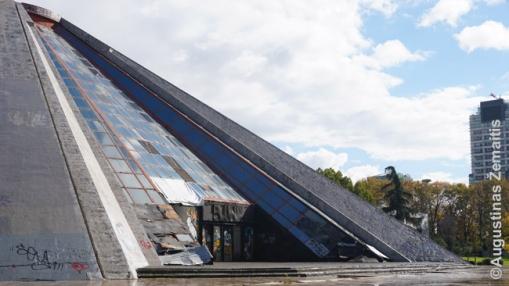 Enverio Hodžos piramidė