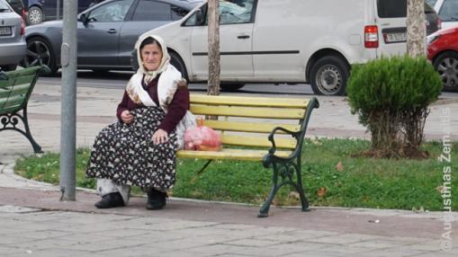 Močiutė tautiškais drabužiais Tiranoje