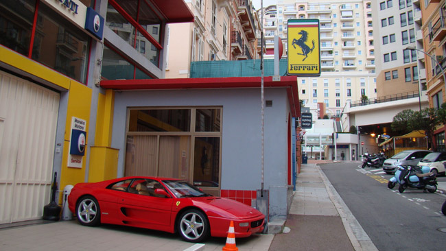Ferrari salonas daugiabučių apsuptyje Monake