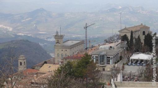 Žvilgsnis žemyn nuo San Marino Čestos pilies