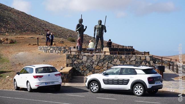 Turistai spiečiasi prie gvančų vadų skulptūrų