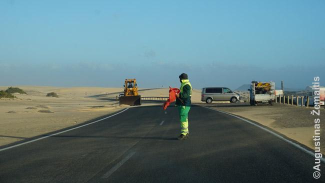 Užpustytas smėliu kelias Fuerteventuroje