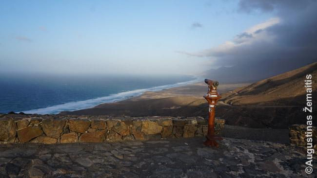 Vaizdas nuo kalno į ilgą laukinį paplūdimį