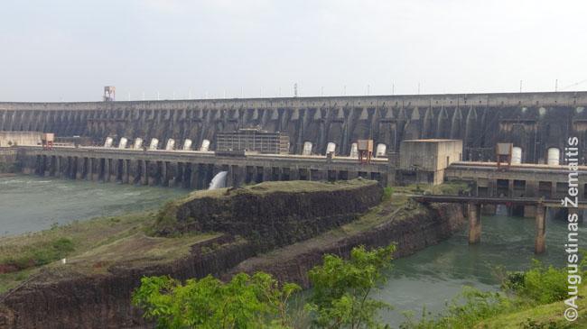 Itaipu hidroelektrinė, patvenkusi Paranos upę ir gamtinę galią pavergusi žmogui. Itaipu marios - už jos.