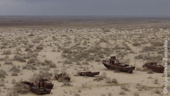Aralo jūros dugnas, virtęs dykuma, ir laivai ant jo