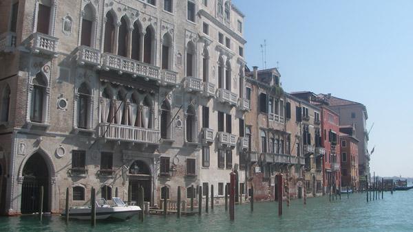 Rūmų fasadai Didžiojo kanalo pakrantėje