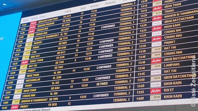 Bankoko oro uosto vietinio terminalo skrydžių lenta - čia dar beveik visi skrydžiai vyksta