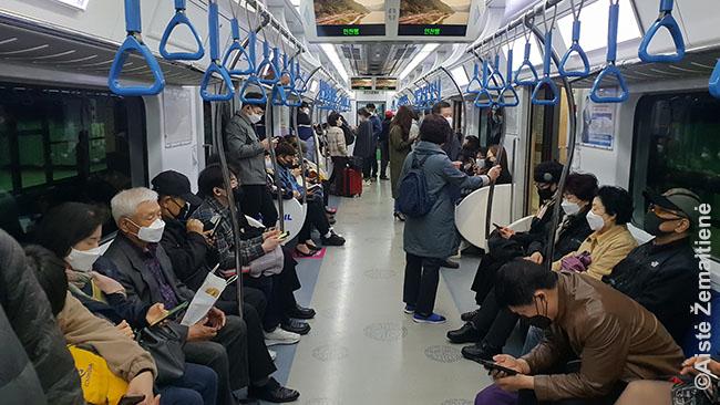 Seulo metro vis pilnėja: gerėjant situacijai, daugiau žmonių važiuoja į darbą, o ne dirba per atstumą. Korėjoje tai visuomet buvo tik rekomendacij