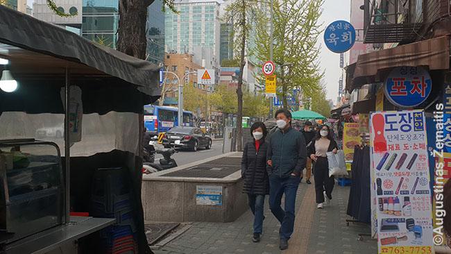 Vis pilnėjančios Seulo gatvės