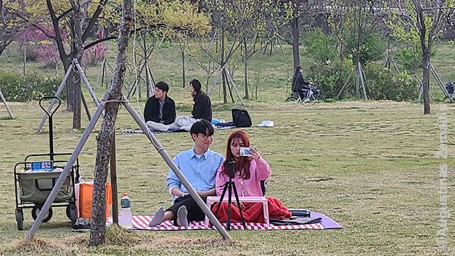 Korėjiečiai Hano upės pakrantėje, tikriausiai, transliuoja į savą videokanalą