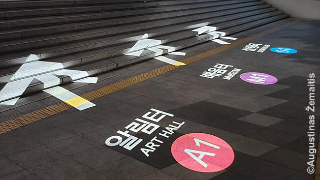 Projektoriais ant žemės projektuojami užrašai - viena populiarių Korėjos modernybių