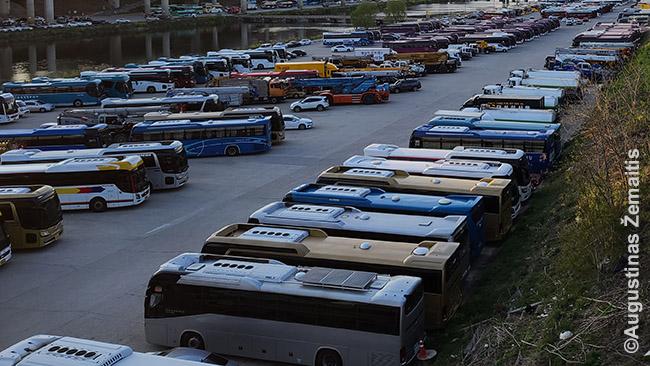 Netoli Seulo olimpinio stadiono suparkuoti dabar nebereikalingi turistiniai autobusai. Nuotraukoje - tik maža jų dalis