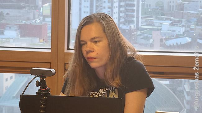 Aistė duoda videointerviu LRT laidai 'Pasaulio Lietuva'