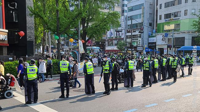 Policijos saugoma neįgaliųjų gegužės 1 d. demonstracija Pietų Korėjoje