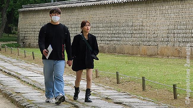 Vis dažniau Korėjoje pamatysi poras, kur vienas žmogus (dažniau moteris) - be kaukės. Šiek tiek keista: juk jei užsikrėstų, tikėtina, vis tiek užsikrėstų abu.