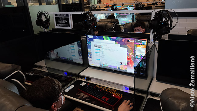Tipiniame Korėjos PC kambaryje. Vien aplink mūsų namus tokių buvo gal 10, visi didžiuliai, pilni. Atsispausdinti traukinio bilietus, tiesa, nebuvo lengva - programų darbui, kaip PDF skaityklių, ten nėra. Tai ne šiaip interneto kavinės, tai, galima sakyti, - e-sporto (kompiuterinių žaidimų) treniruočių aikštelės