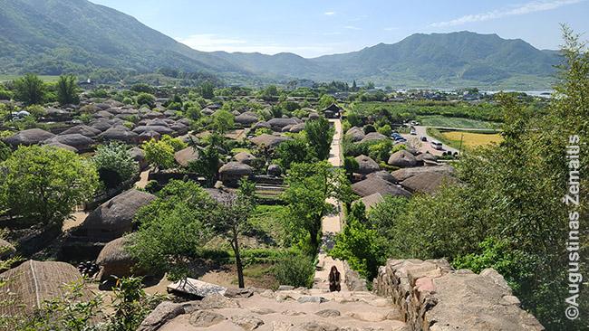 Einant Nagansanseong senovinio kaimo gynybine siena, kadaise gynusia nuo japonų piratų