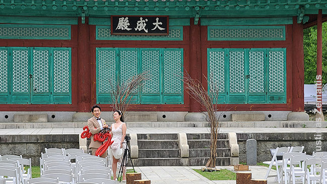 Užsienio šalys eišvysti vietinio gyvenimo fragmentus, kaip ši Korėjos jaunavedžių fotosesija. Tačiau tai išvydęs juk mažai ką suprasčiau apie Korėjos vestuvių papročius, tadicijas. Perskaityti neužtenka - čia reikia pamatyti, bet jeigu neturi korėjiečių draugų, kurie pakviestų į savo vestuves, nepamatysi. Geriausia išeitis perprasti vietos tradicijas - dokumentiniai filmai, kurie ne tik papasakoja, bet ir parodo. Ir į kitą jaunavedžių fotosesiją jau žiūrėsi kitaip, įsivaizduodamas visokius jaunojo tėvų jaunosios tėvams dovanojamus labai konkrečius papuošalus ir jaunosios tėvų formalizuotas atsakomąsias dovanas jaunojo tėvams ir kitas vietines tradicijas
