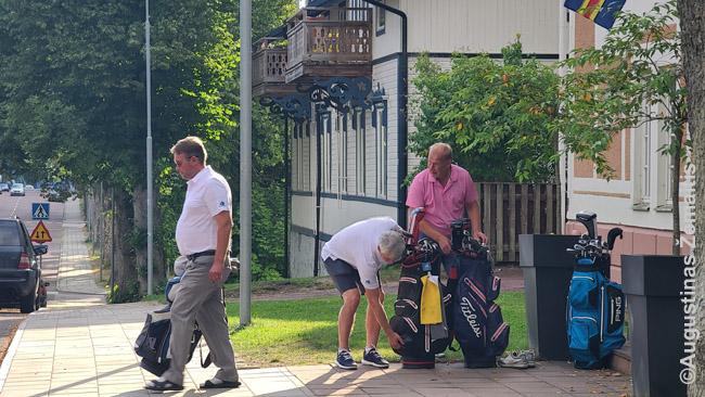 Turistai ruošiasi į golfo laukus, kurie Alande irgi įrengti