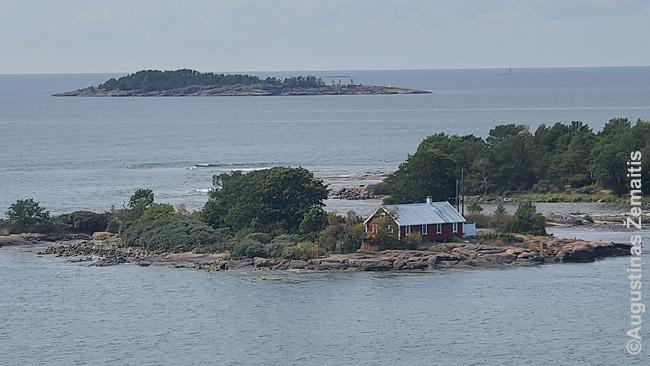 Sala pakeliui į Mariehamną. Sala su nameliu neturi ryšio su sala jai už nugaros