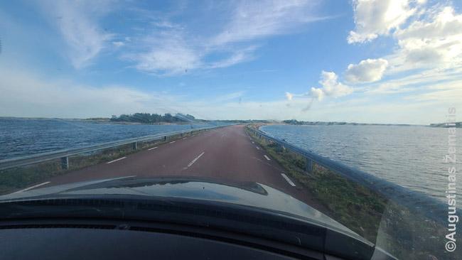 Sankasa tarp Alandų salų. Kelias galiausiai atsirėmė į sąsiaurį, per kurį reikėjo keltis nemokamu keltu