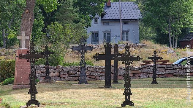 Alandiški metaliniai kryžiai vieną iš salyno bažnyčių supančiose kapinėse