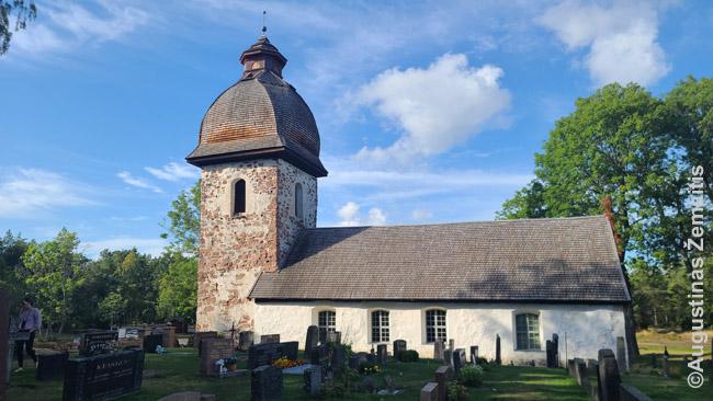 Viršum spalvingų medinių vienaukščių kyla senas bažnyčios bokštas. Dažnas kaimas – vienintelis visoje saloje