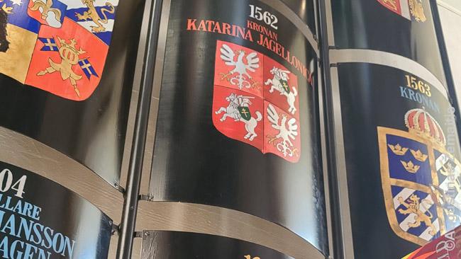 Kotryną Jogailaitę ir kitus pilies buvusius gyventojus atspindintys herbai Kastelholme