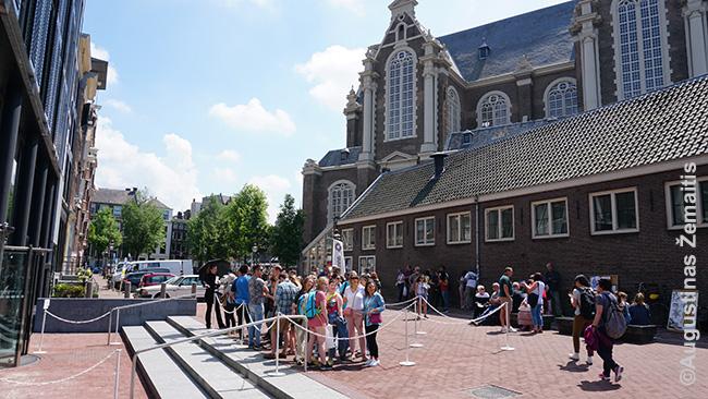 Eilė prie Anos Frank namo (jis - kairėje). Visi šie žmonės turi internetu įsigytus bilietus, bet vis viena privalo laukti eilėje