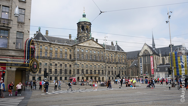 Amsterdamo centrinė Dam aikštė ir Karalių rūmai. Priešingai daugeliui rūmų šie labiau primena miesto pastatą, be jokio parko aplink