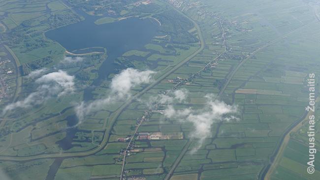 Olandijos peizažas su kanalais iš į Amsterdamą besileidžiančio lėktuvo