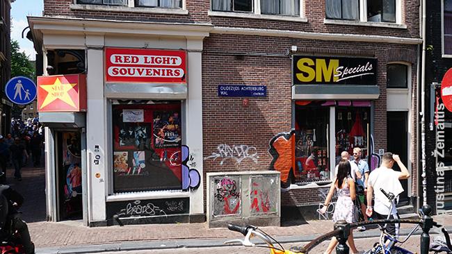 Vitrinų su prostitutėmis fotografuoti negalima, taigi, čia tik nekalčiausios Amsterdamo Raudonųjų žibintų kvartalo iškabos - pvz., parduotuvė sadomazochistams (SM)