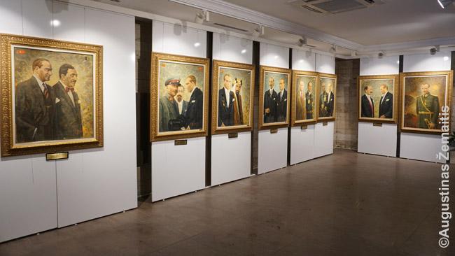 Atatiurko su užsienio šalių vadovais portretai prie Atatiurko mauzoliejaus