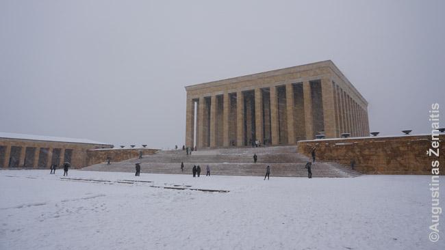 Atatiurko mauzoliejus. Pagrindinis pastatas - tik dalis didžiulio komplekso, į kurį įėjus pro paradinį įėjimą tenka eiti dar kilometrą iki paties kapo
