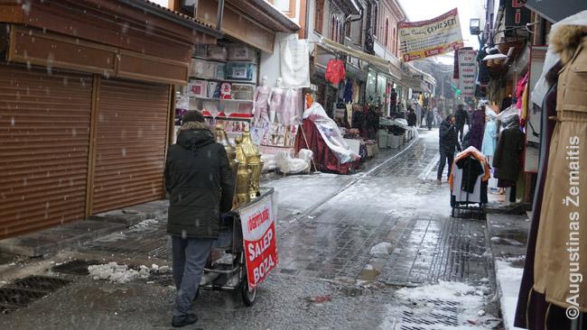 Per Ankaros turgų prekijas stumia karutį su mažai už Turkijos ribų žinomais vietiniais gėrimais: saldžiu salepu (gaminamas iš orchidėjų) ir boza