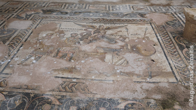 Romėnų mozaika Pergėje. Vienas ekskursijų privalumų - gidai papasakoja apie vietas ir jų istoriją. Pavyzdžiui, kaip tiksliai gyveno romėnai, kokios jų meno prasmės, perprasti ne taip ir paprasta. Tiesa, daugelyje vietų yra ir daugiakalbiai aprašai - bet geras gidas gali papasakoti daugiau