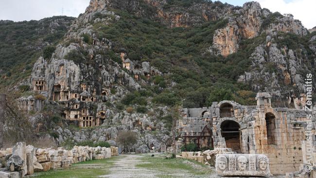 Myra. Romėnų griuvėsiai (dešinėje), likų uolose iškalti kapai (kairėje), įspūdinga visa tai supanti gamta. 140 km nuo Antalijos centro.