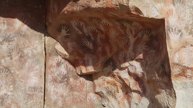 Cueva de las Manos, kur dešimt tūkstančių metų indėnai tapė savo rankas - viena retų žymių indėniškų vietų Argentinoje. Rimtesnio už šį paveldo yra tik šiaurės vakaruose, kur siekė Inkų Imperijos valdos ir indėnai nebuvo tik paprasti klajokliai-medžiotojai