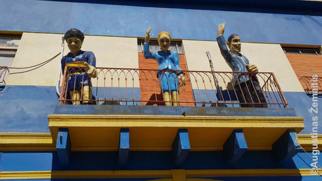 Argentinos 'didvyriai' (Maradona, Evita ir tango kūrėjas Gardelis) žvelgia iš balkono garsiajame Buenos Airių Kaminito menininkų rajone. Yra dar ir popiežius