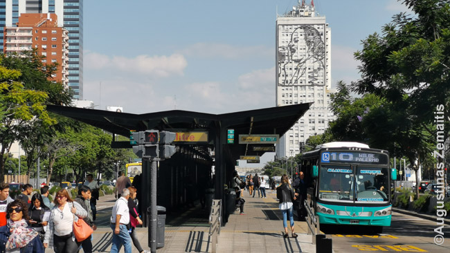 Ratinis tramvajus - nuo viso kito eismo atskirti autobusai - dažno Pietų Amerikos miesto mėginimas pigiai išspręsti transporto problemą. Kiti stato lynų keltuvus ar dar ką. Sėkmė būna vidutiniška, metro neprilygsta