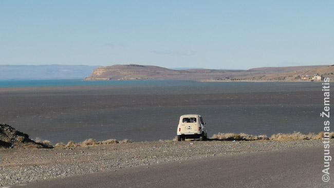 Seni automobiliai, kurie pas mus būtų antikvaras - tiek važiuojantys, tiek nebe - dar viena įdomi Argentinos smulkmena