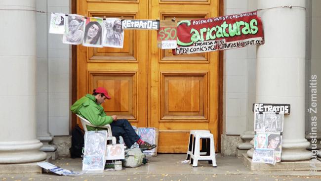 Gatvės karikatūristas Argentinoje. Daugelyje Lotynų Amerikos šalių panašių gatvės menininkų nėra arba mažai, arba siūlo liaudies dirbinius